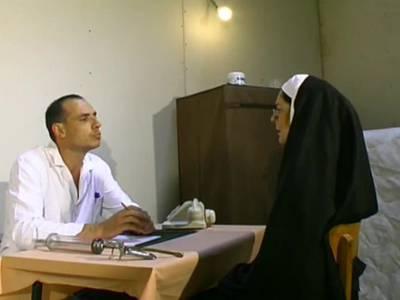 Arzt fistet Nonne im Fetischporno