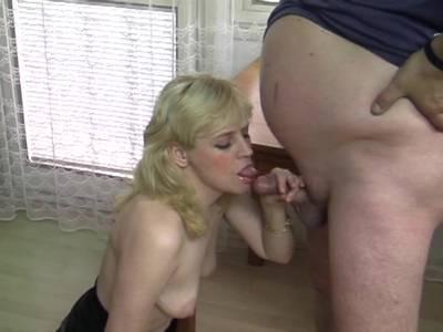 Blonde Amateur MILF mit ihrem Ehemann beim Buerosex