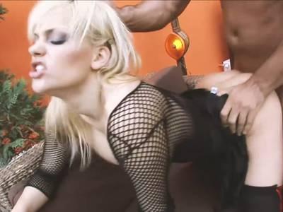 Anal Porno mit Blondine in geilem Nylon Outfit