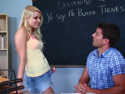 Blondes Teen fickt den Lehrer