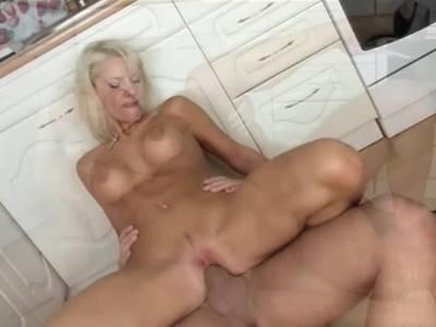 Blondine dreht Porno in der Kueche
