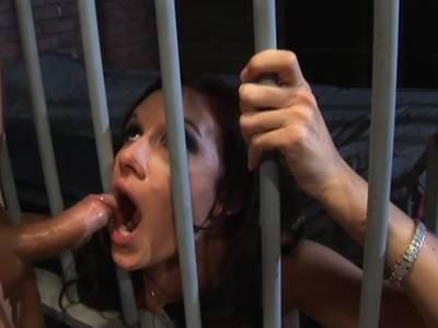 Devote Latina wird im Knast anal gefickt
