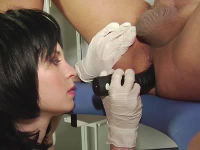 Doktorin macht Analspiele mit einem Patienten