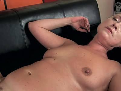 Porno Oma geniesst einen langen Jungschwanz