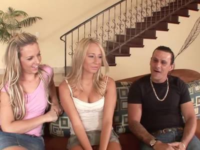 Zwei Blondinen machen beim Dreier Porno Casting mit