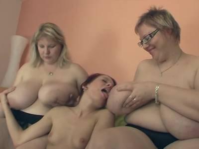 Frau hat lesbischen Sex mit zwei Fetten