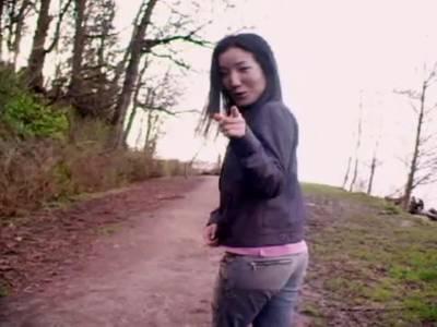 Outdoor Striptease von suesser Asian mit kleinen Knospen