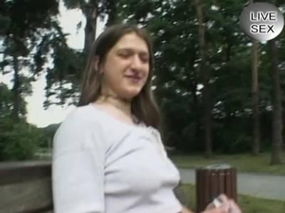 Teen kriegt die dicken Titten im Park besamt