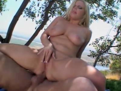 Titten Blondine macht Analsex unter freiem Himmel
