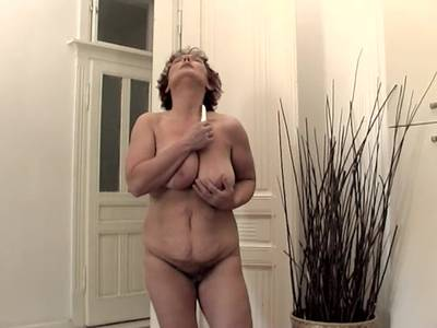 Alte Frau mit dicken Eutern und einer haarigen Moese
