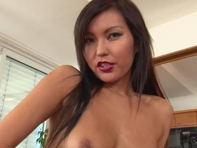 Asian streichelt ihre rasierte Votze