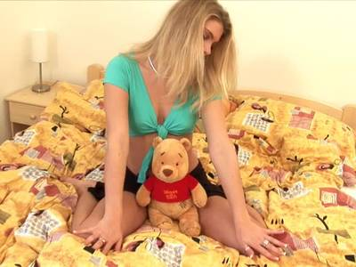 Behaartes Teen masturbiert