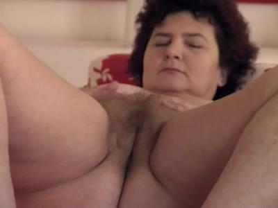 Fette Oma spielt mit ihrer behaarten Muschi
