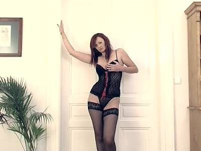 Mature in sexy Outfit macht ein Dildo Solo
