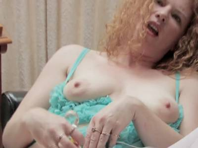 Milf mit roten Haaren im Solosex Video