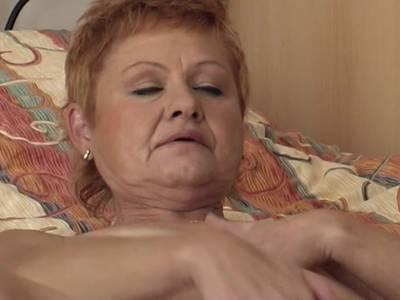 Oma mit unrasierter Votze im Masturbationsvideo