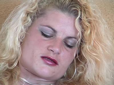 Privates Solo einer Blondine mit Dildo