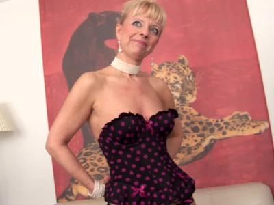 Reife Frau masturbiert in Heels