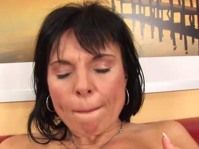 Reifes Mature laesst ein Toy in ihre feuchtes Loch gleiten