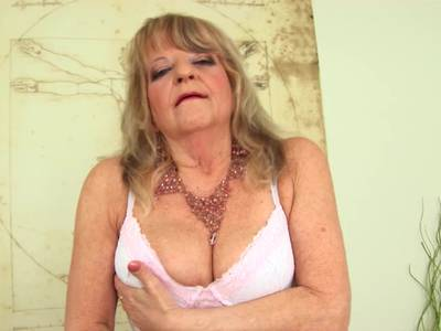 Scharfe Grossmutter praktiziert Selbstbefreidigung mit Dildo