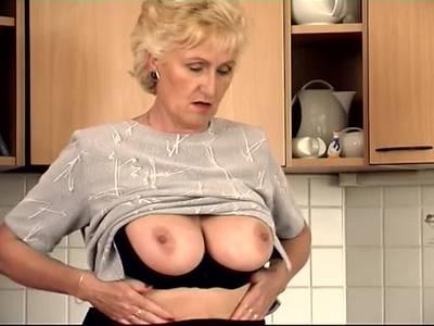 Tabulose Grossmutter macht sich in der Kueche nackt