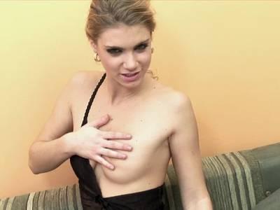 Teen spielt mit ihrer haarigen Pussie